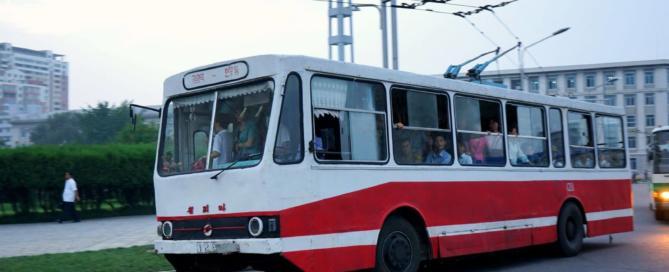 平壌市内を走るトロリーバス