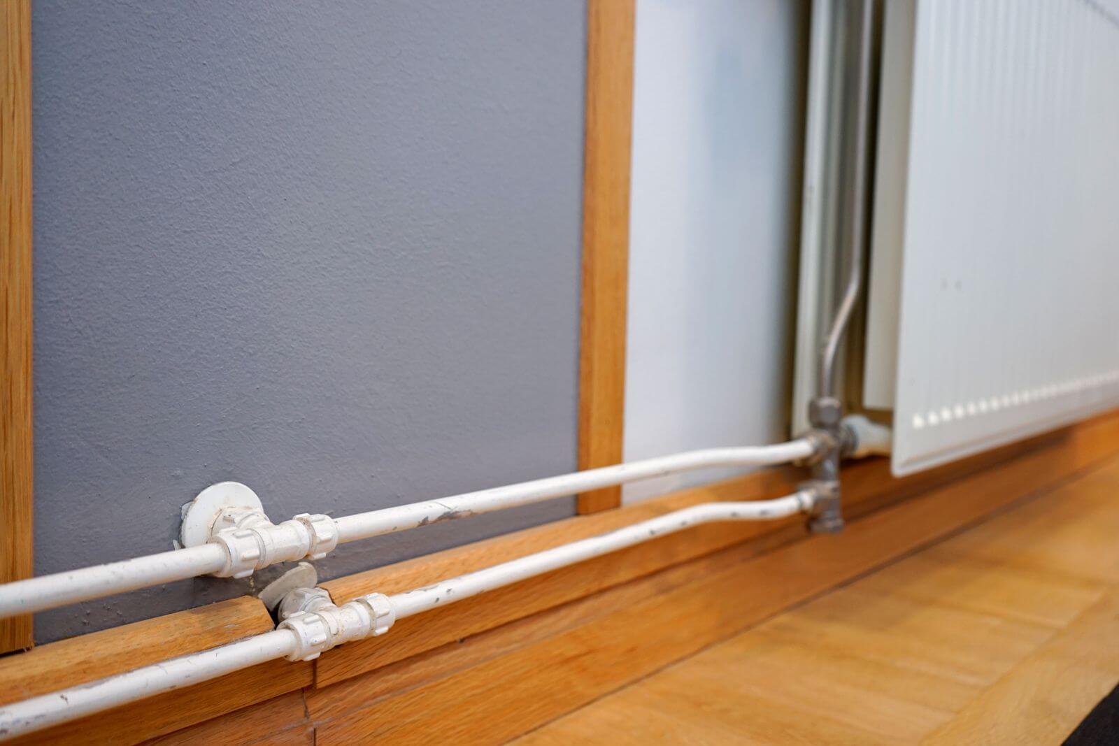 パネルヒーターに流れる温水の管